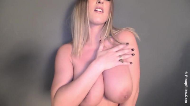 Грудастая блондинка ласкает себя (не секс порно sex porno porn домашнее видео лесби эротика erotic модели малолетки стриптиз