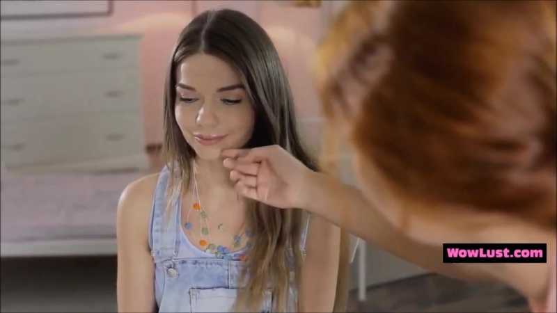 Лесбийский поцелуй учительницы и ученицы