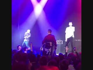 Инвалида на коляске подняли на руки на концерте Кровостока [NR]
