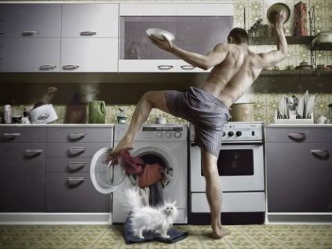 """Решил мужик однажды сдуру, Познать своей жены натуру. И прежде, чем улечься спать, Домохозяйкой вздумал стать. Тут закрутилась карусель: На целый день от сих до сель. Будильник бешено трезвонит, И мужика на кухню гонит, Готовить завтрак для семьи: """"Ну, где тут тапочки мои?"""" Глаза пытаются открыться, Но продолжает что-то сниться. И быстро справив по нужде, Несётся наш мужик к плите. Мяучит кошка под ногами. """"Брысь! – ей в ответ, – Не ели сами."""" Ох, как готовить нелегко:…"""