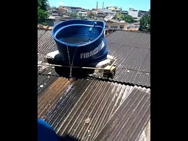 Caixa d'água no Rio de Janeiro, derretendo por conta do calor de 40°
