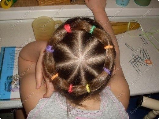 Простая праздничная причесочка для маленькой красавицы. Инструкция на фото: