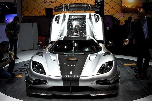 Показан первый мегакар Lada мощностью 140 л.с.? Ferrari California T с ее 560 л.с.? Не смешите. Все это дети по сравнению с автомобилем, который был сегодня представлен на автосалоне в Женеве. Шведы из компании Koenigsegg показали машину под названием One:1 с мотором мощностью один... мегаватт. Да-да, теперь это слово вошло и в автомобильный мир — 1 мегаватт равен 1000 киловатт или около 1341 л.с., которые выдает двигатель V8 объемом 5,0 л с двумя турбинами. Крутящий момент тоже впечатляет —…