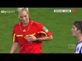 Футболист трогает грудь судьи!!!