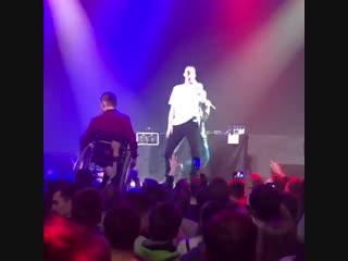 Инвалида на коляске подняли на руки на концерте Кровостока [Рэп Волна]