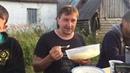 Иван Пигарев пробует колодный мёд