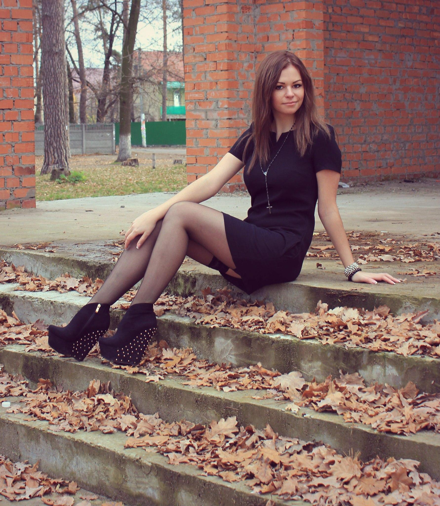Девчонка шатенка в черном платье