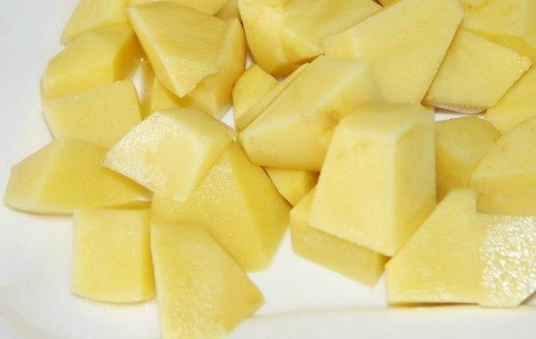 Вкусный куриный суп с сырными рулетиками Ингредиенты: -куриный бульон; -4