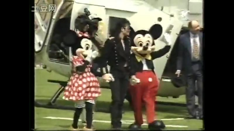 Michael Jackson visits the Queen Elizabeth Childrens Hospital in London Jul 1992