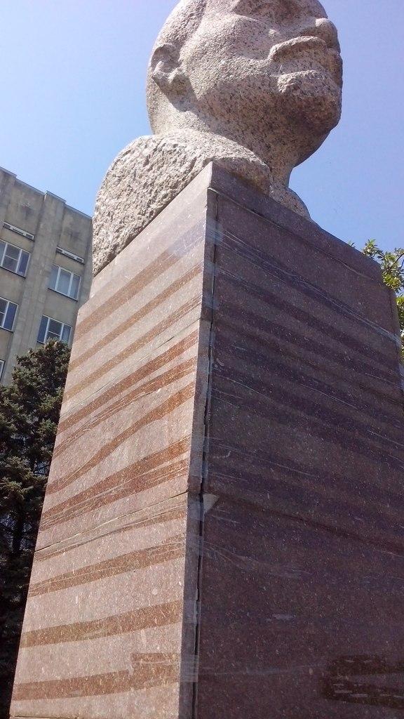 бюст В.И. Ленина перед зданием Администрации Таганрога