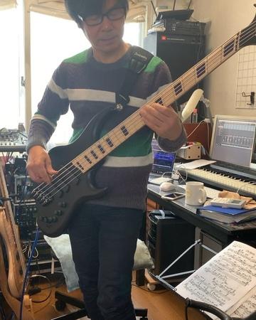 木村先生( @kazuo_kimura )の元へ。 俺のベース弾いてご機嫌😂 後で一緒に弾いてる