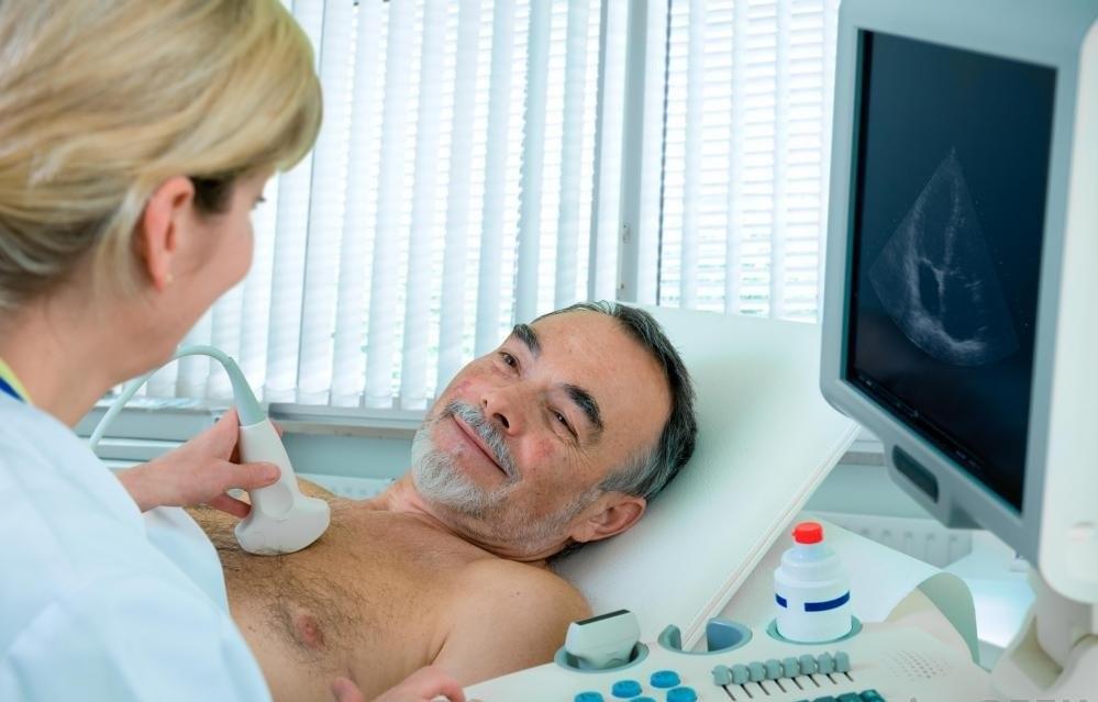 Эхокардиография использует звуковые волны для наблюдения за состоянием сердца пациента.