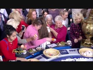Россияне с пакетами устроили набег за едой на Поле чудес