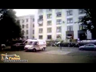 Здание ОГА в Луганске после обстрела авиацией хунты. Днем 2.06.2014