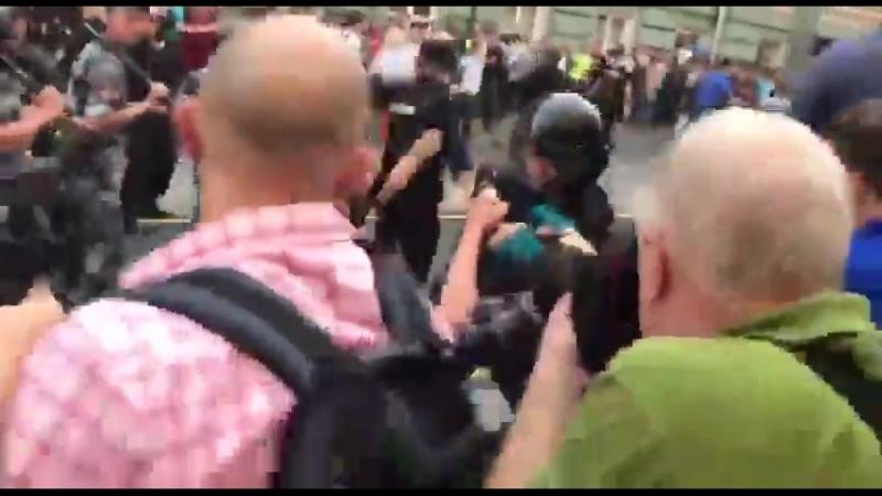 Москва. Столкновения протестующих с ОМОНом