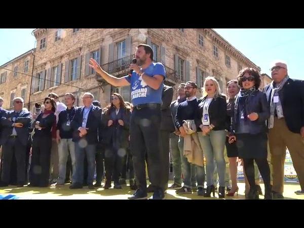 Salvini contestato ad Osimo: Le forze dell'ordine non dovrebbero tenere a bada questi deficienti