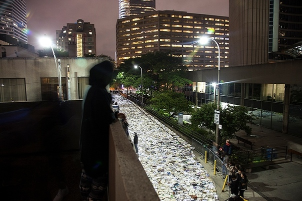 «Книжная река» в Торонто На одну ночь в Торонто выложили на дорогу 10 000 книг, которые мог взять любой желающий. Сложно поверить, но через несколько часов «река»