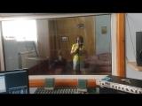 Оксана читает рэп и записывает песню