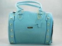 Модная дорожная сумка для собак голубого цвета.