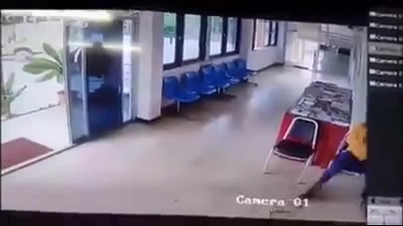 В Тайланде змея напала на мужика в полицейском участке