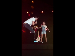 Niall Horan dancing with a little fan during Slow Hands