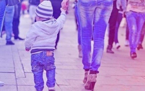 Дупа в джинсах і дитина