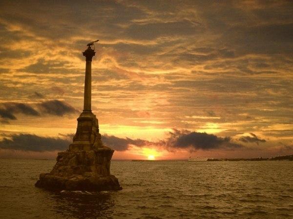 Севастополь. Закат. Памятник Затоленным кораблям.