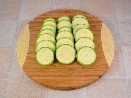 Запеченные кабачки и помидоры с сыром. Ингредиенты: 1 кабачок 2