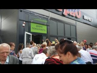 Раздача мороженого на открытии магазина в Минске