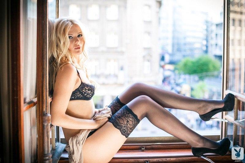 porno-blondinka-stoit
