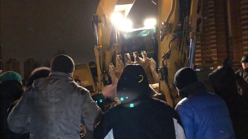 Жители Мичуринского 30Б заблокировали проезд технике