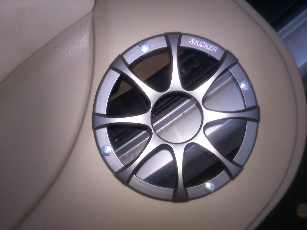 Защитная решетка колонки Kicker в Nissan Bluebird Axis (Infiniti G20)
