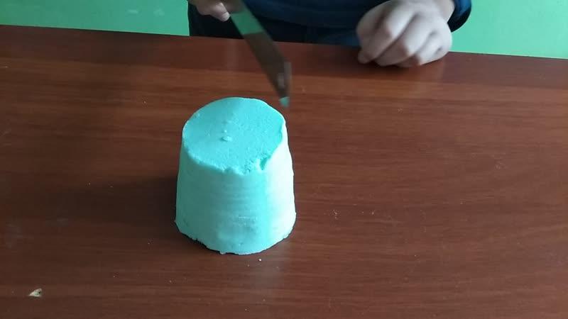 Тимур режет песок