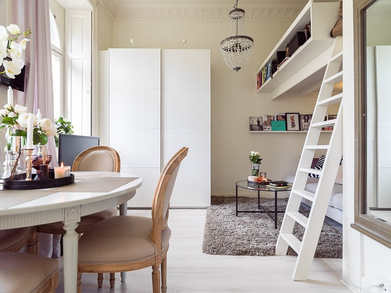 Маленькая квартира-студия 22 м с кроватью-чердаком и зоной отдыха внизу.