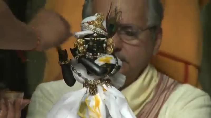 Омовение самопроявленного божества Радха -Рамана (Шри Кришны) во Вриндаване