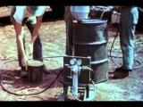 Изготовление напалмовых бомб в полевых условиях и их испытание (Форт Уолтон Бич, Флорида, 1944, настоящий цвет)
