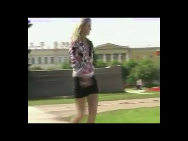 Русская красавица обоссала братскую могилу в Питере на Марсовом поле!