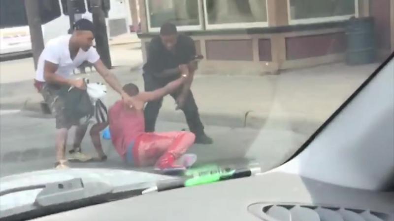 Двое с пистолетом грабят парня средь бела дня