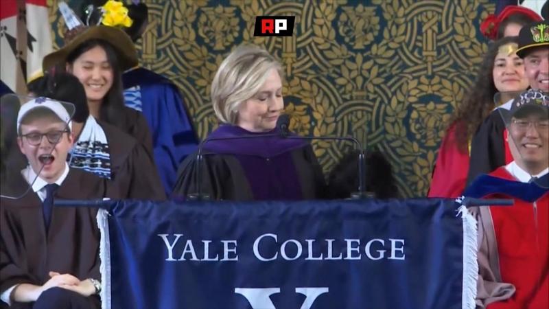 Цвет не тот: Шапку-ушанку Хиллари Клинтон раскритиковали на российском ТВ