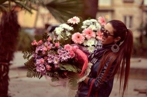 Фото на аву девушка с цветами