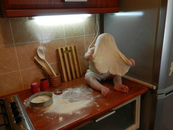 Мешу я тесто для лапши,  Дочь рядом лепит колобок.  Серьезно лепит, от души…  Ну, а палас… знать, вышел срок…)))