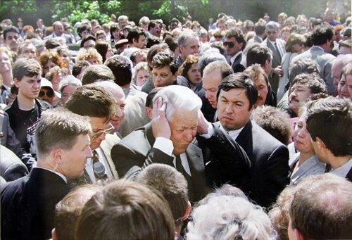 Президент РФ Борис Ельцин во время беседы с жителями Твери, 1996 год.