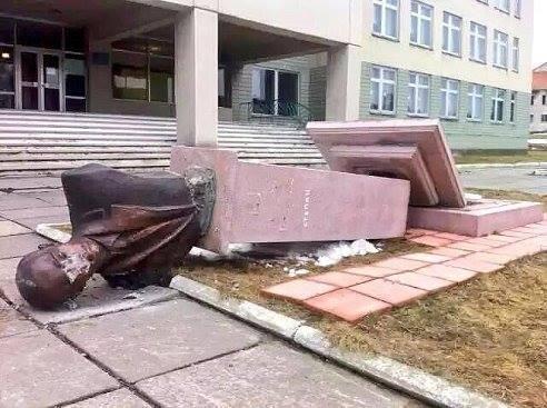 Во Львовской области скинули памятник Бандере (фото +)