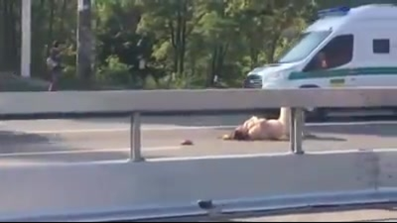 В Киеве голая женщина легла на дороге