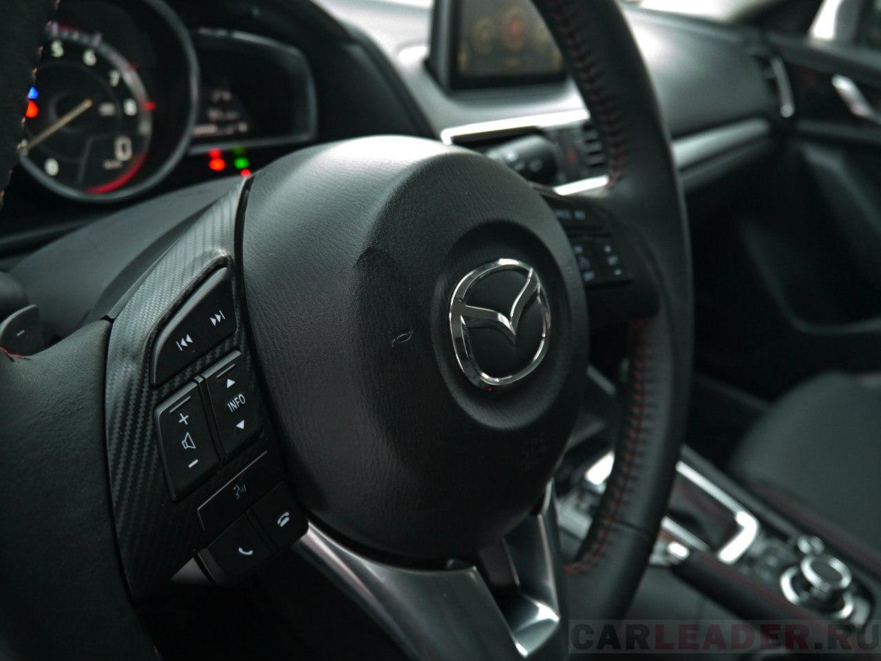 Руль и в новой Mazda3 остался по-прежнему тонок, что оценят по достоинству женские изящные ручки. Как впрочем, и гей-аудитория.