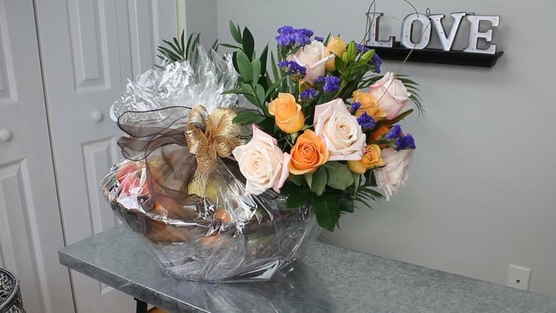Canasta de frutas y flores para regalos