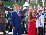 Отлитая в бронзе фигура сидящего основателя тувинской государственности М Буяна Бадыргы возвышается