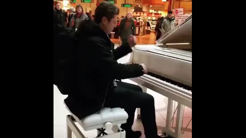 уличное выступление на фортепияно