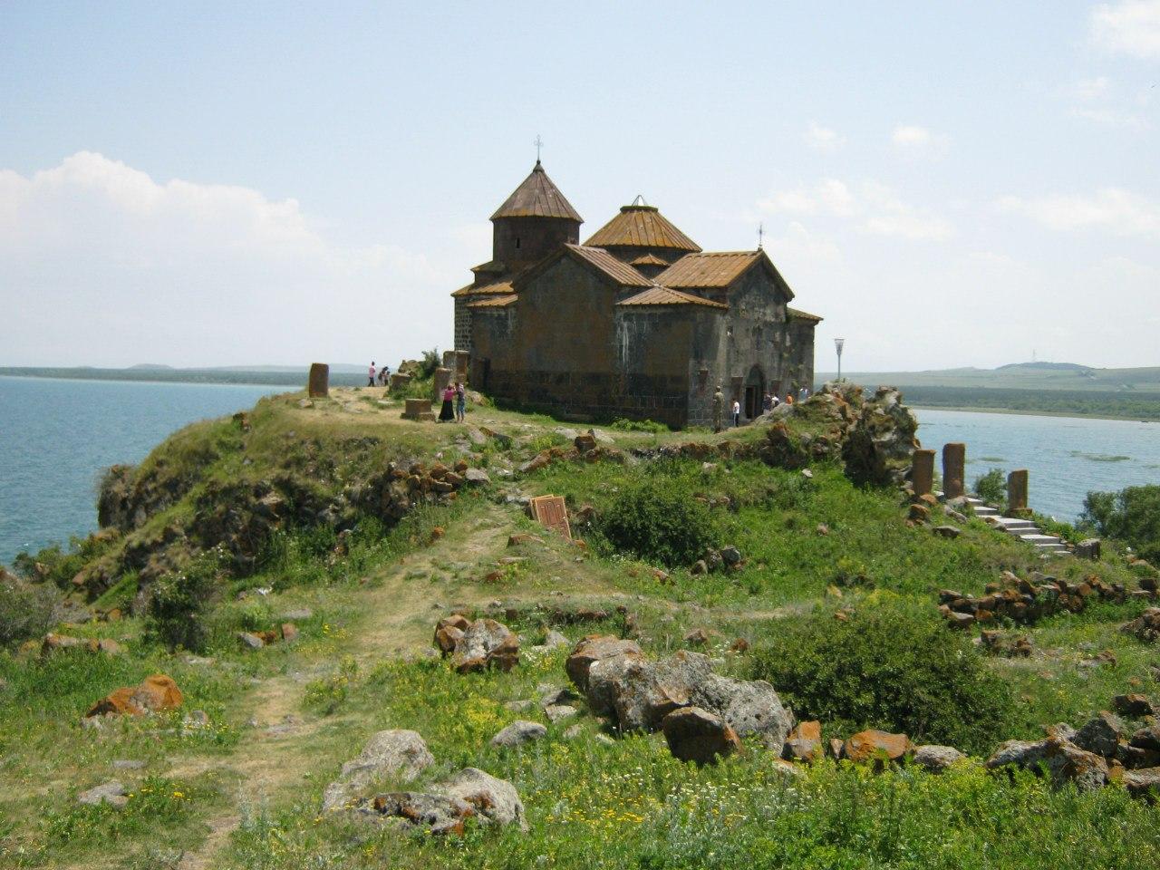 Монастырь Хайраванк на озере Севан
