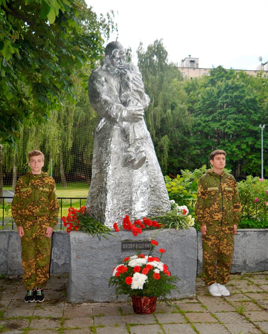возложение цветов к памятнику Возвращение